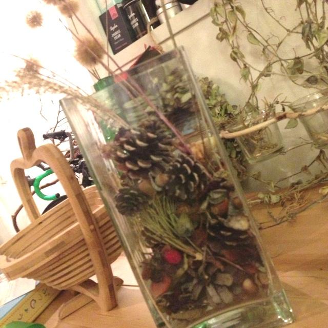 ガラス瓶は手軽なディスプレイ。秋をいっぱい詰め込もう。