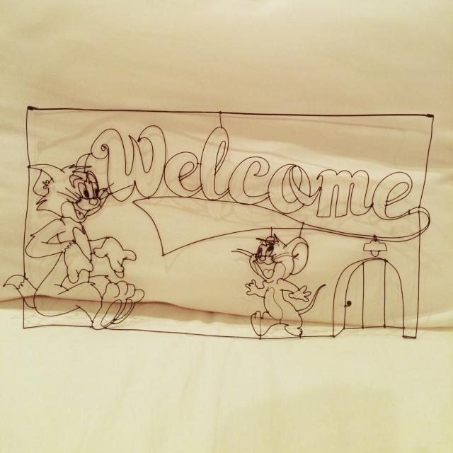 玄関に「Welcome」のワイヤーサイン