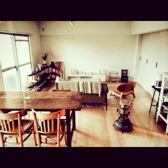 シンプルな部屋に古道具