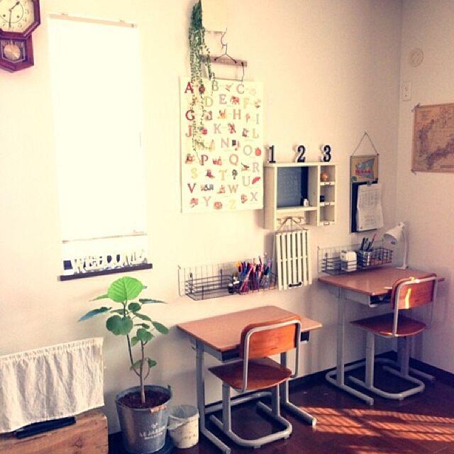 My Desk,収納,ワイヤーネット,ワイヤーラック,ポスター,学校の机,学校の椅子,子供部屋,100均,勉強机,観葉植物,子供部屋 壁 hiro..の部屋