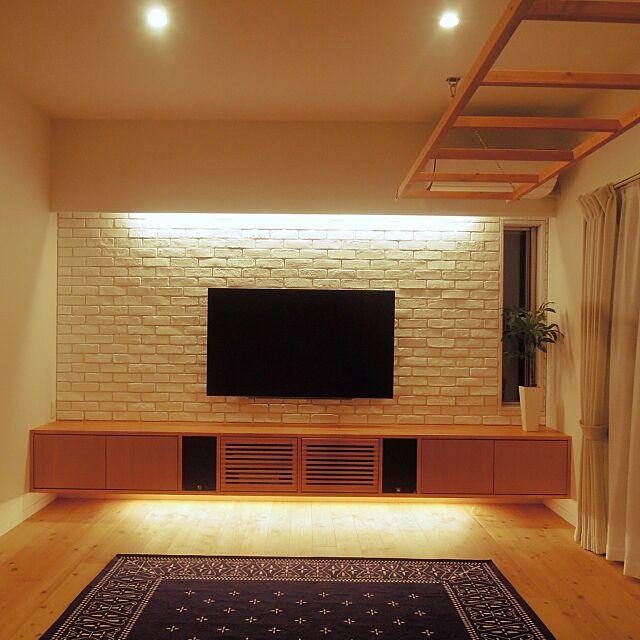 Lounge,観葉植物,はしご,テレビ,タイル,ライト,無垢材,無垢の床,レンガ,テレビボード,影,間接照明 adc721の部屋
