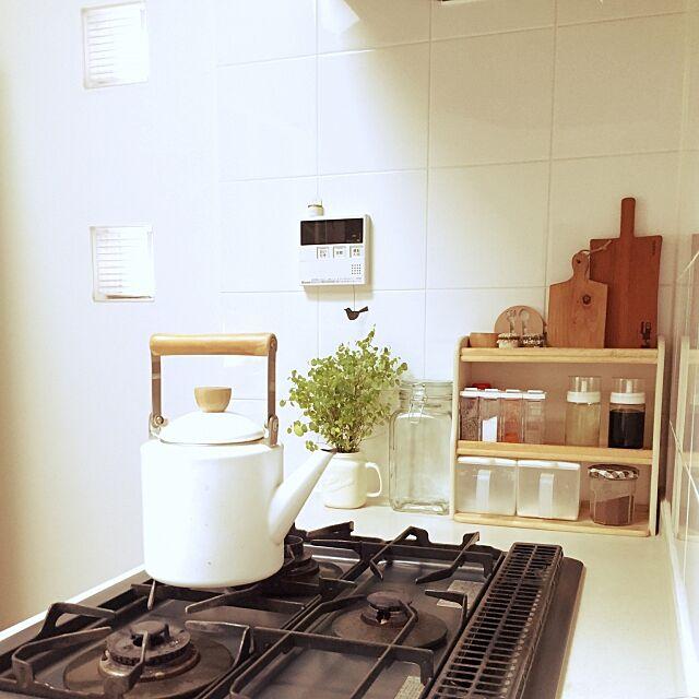 Kitchen,ガラスブロック,セリア調味料ボトル,GREENのある暮らし,観葉植物,ニトリのケトル,カッティングボード,キッチン Whiteberryの部屋