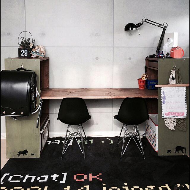 My Desk,セリア,コンクリートの壁紙,子供部屋,リメイク,DIY机,勉強机?,IKEAのラグ,カラーボックス,カラーボックスのリメイク机,IKEAの照明,イームズチェアリプロダクト,IKEA,ロハスフェスタ戦利品,3coins,DIY smilemamの部屋