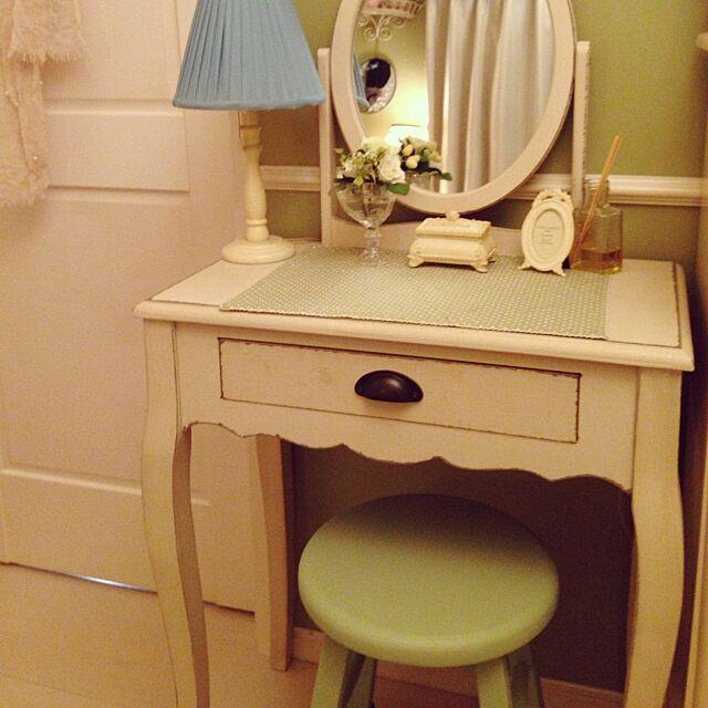 Bedroom,アンティーク,ドレッサー,壁紙グリーン,プレイスマットグリーン,スツールグリーン,love green,シャビーシック,フレンチシック,ローラアシュレイ ランプ greenroseの部屋
