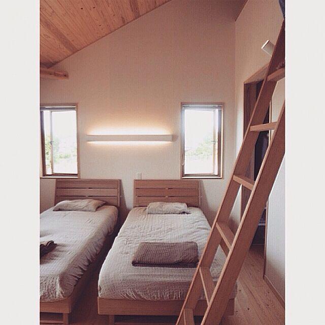 Bedroom,ロフトのハシゴ,無印良品の毛布とシーツ,オーガニックコットン,センベラのマットレス,杉板勾配天井 Tommyの部屋