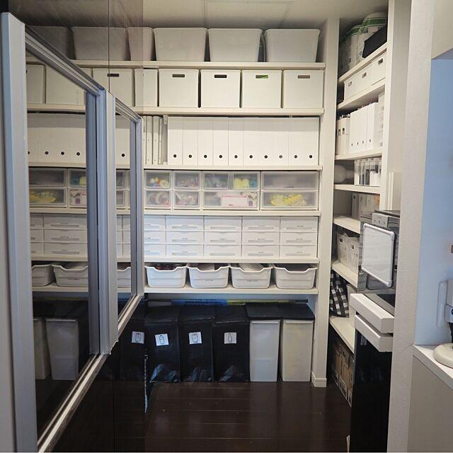 Kitchen,カインズ,ダイソー,ニトリ,白収納,パントリーからガレージに繋がってます,キッチン裏側パントリー,半透明もある,白黒 収納,パントリー収納,パントリー,IKEA,リクシル食器棚 kanaaaの部屋