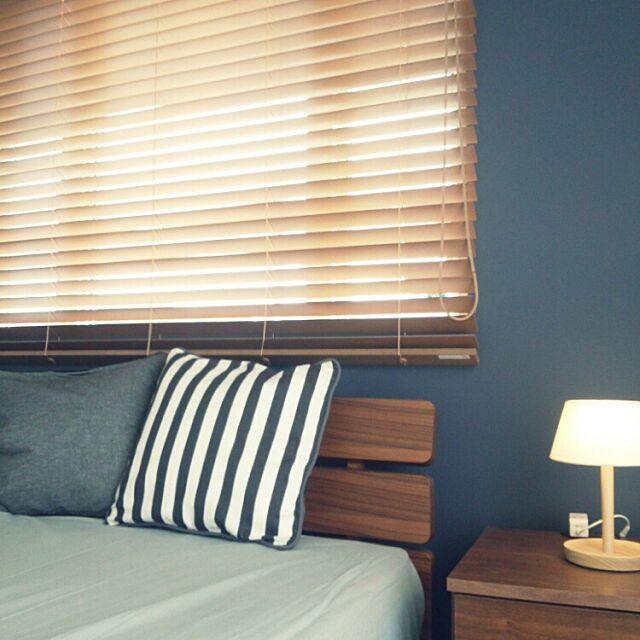 Bedroom,ニトリ,無印のライト,ウッドブラインド,紺のアクセントクロス koumeの部屋