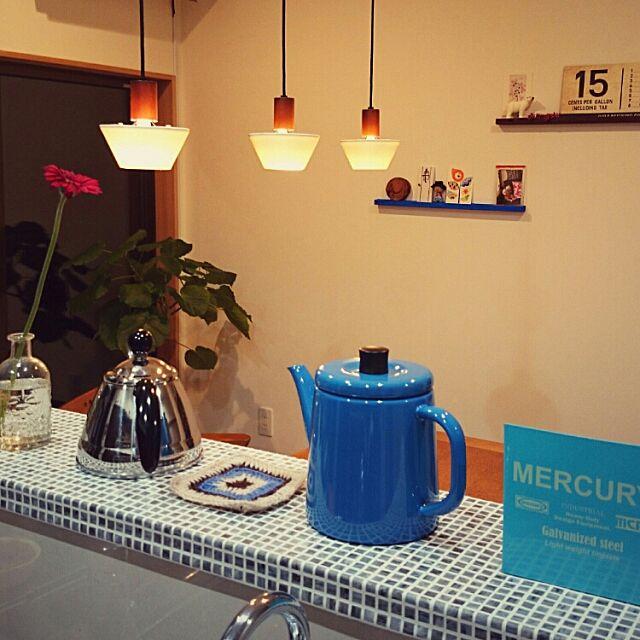 Kitchen,しゃれとんしゃあ会,タイル調壁紙,マーキュリーのリモコン入れ,野田琺瑯のケトル koppeの部屋