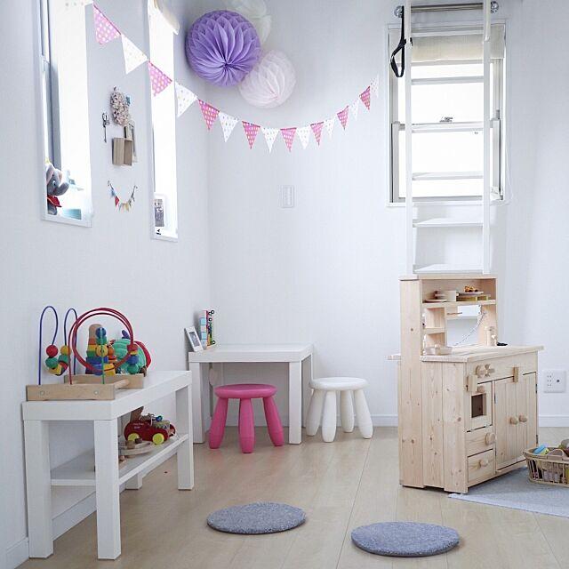 Bedroom,ガーランド,ハニカムボール,おままごとキッチン,IKEA,子供部屋,北欧インテリア,シンプル,無垢材,狭小住宅,インテリア,北欧,一戸建て Mieの部屋