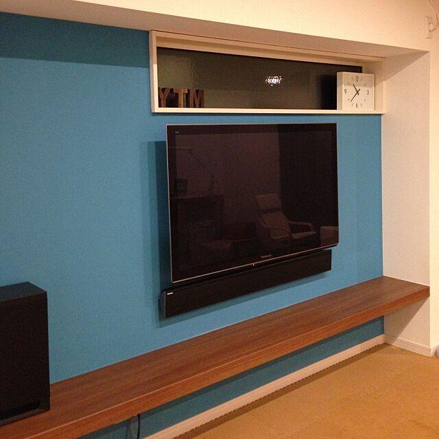 Lounge,TV周り,壁掛けTV,無印良品 時計,ターコイズの壁,中古住宅,ブルーの壁紙,壁掛けスピーカー,リビアス,南海プライウッド morphoの部屋