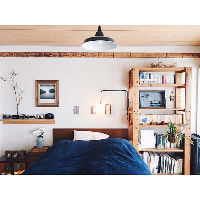 Bedroom,毛布,壁に付けられる家具,standardtrade,無印良品,ベッド,rivergate,leadmehome,本棚,植物,賃貸,trackfurniture,ドライフラワー,照明,ライト,電球,和室 EVOBの部屋