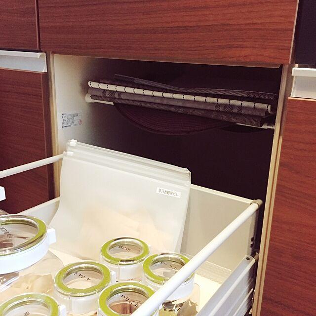 My Shelf,突っ張り棒活躍,デットスペース活用,デッドスペース,ランチョンマット置き,ランチョンマット,突っ張り棒で棚,突っ張り棒,キッチン収納,ウォールナット,リクシル,無印良品,無印,soil珪藻土ドライングブロック,フレッシュロック,調味料ラベル,EVAケース,ドライングブロック,対面キッチン,ウォールナット好き♥︎,シンプルナチュラル,いいね♪いつもありがとうございます❤️,新築マンション,賃貸マンション re-re-reの部屋