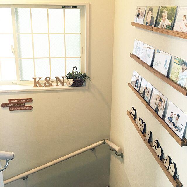 Entrance,ユーカリフェイク,サインプレート,かご,アルファベットオブジェ,写真,格子窓DIY,フレンチ,ナチュラルキッチン,セリア,階段 hiromarinの部屋