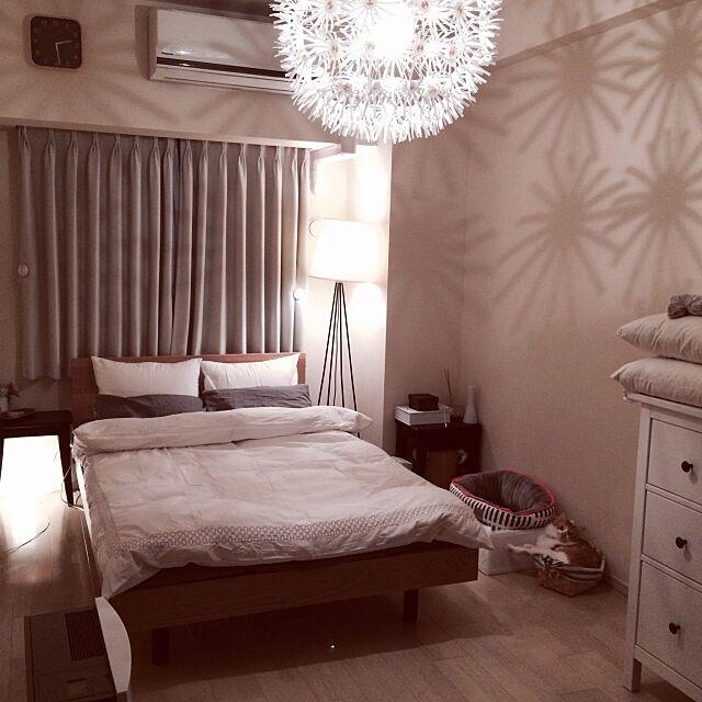 Bedroom,猫 ベッド,チェスト,タンポポライト,スツールをサイドテーブルに,IKEA,IKEA 照明,フランフラン ベッドカバー,無印良品ベッド,フロアランプ,猫,ねこ,ねこのいる風景,ねこのいる日常,もみじ君,北欧好き,マンション,北欧,照明,無印良品 Reikoの部屋