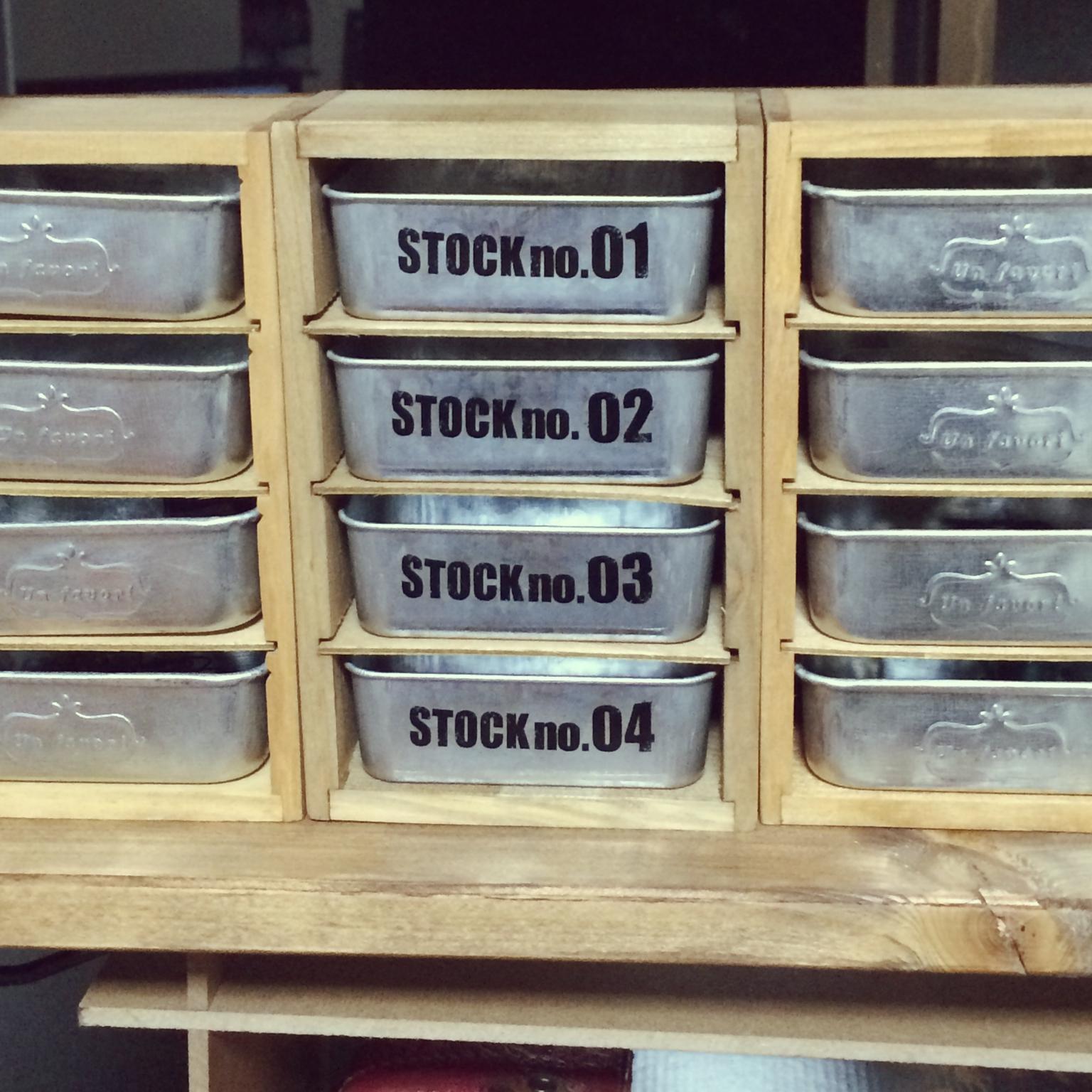 女性で、、家族住まいのセリア/ブリキトレー/木製仕切りケース/棚についてのインテリア実例を紹介。