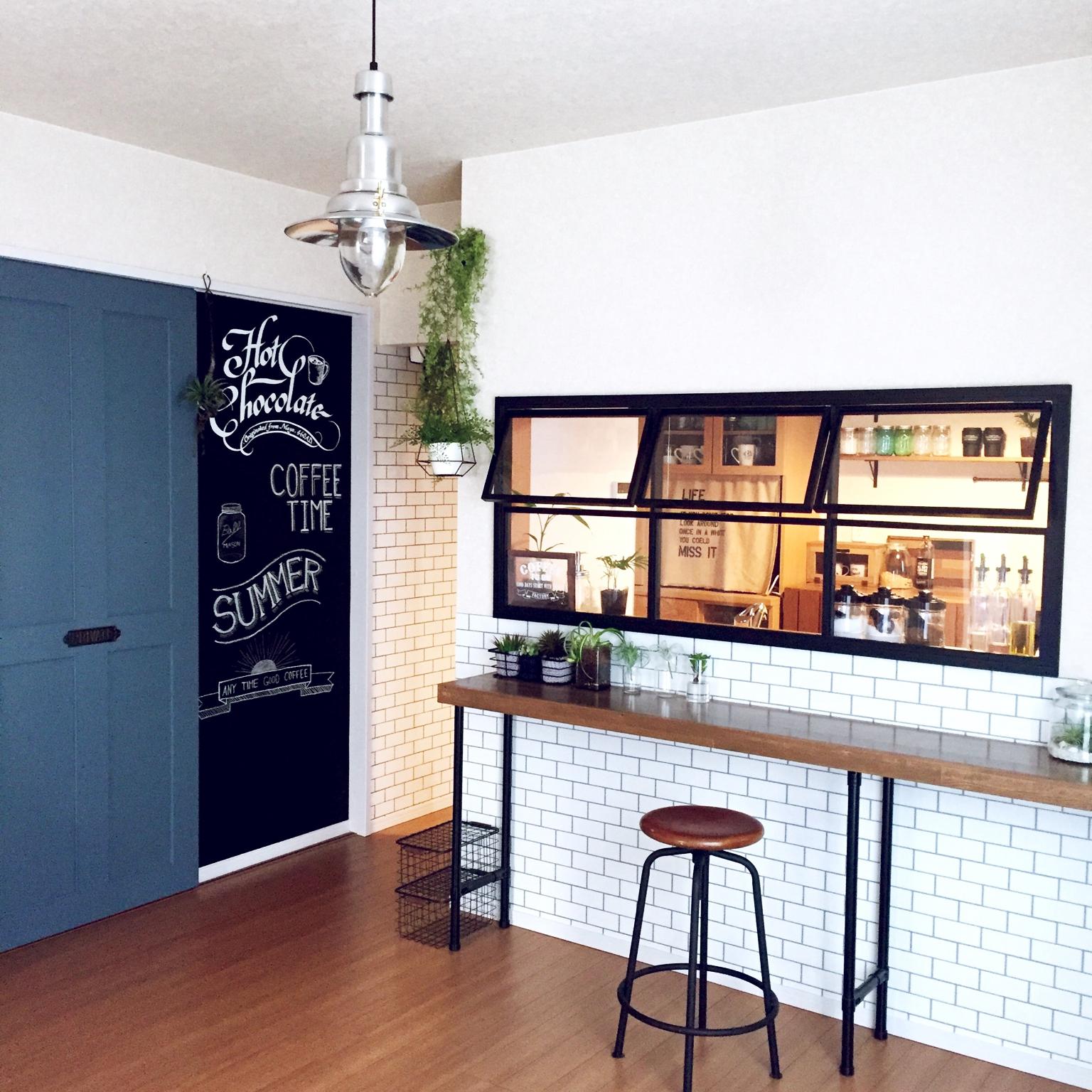 女性で、、家族住まいの黒板/DIYドア/ブルーグレー/サンサンフー/黒板DIY/観葉植物…などについてのインテリア実例を紹介。