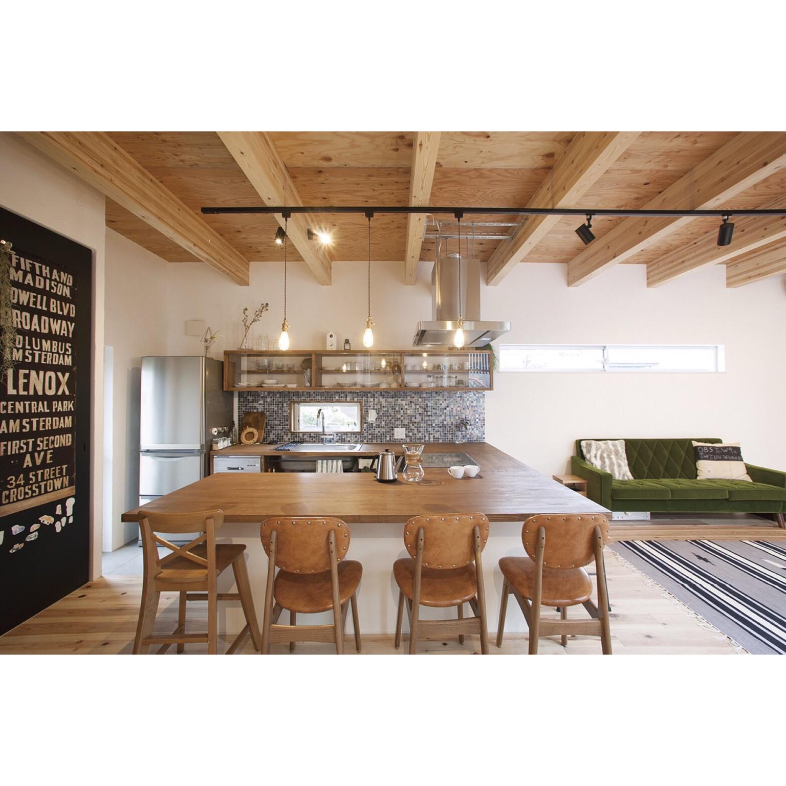 3LDK、家族住まいのナチュラル/コの字キッチン/モザイクタイル/漆喰/黒板塗料/ソラマドの家…などについてのインテリア実例を紹介。