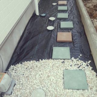 防草シートを敷き、お好みの色の砂利を敷き詰めれば、簡単に玄関アプローチを作ることができます。