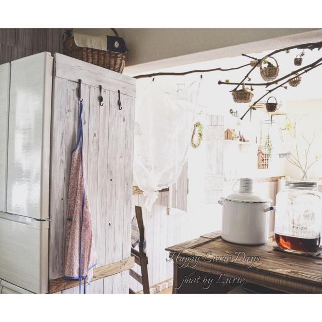 キッチンにナチュラルさと収納を。冷蔵庫の印象が変わる板壁&フック by Lurieさん