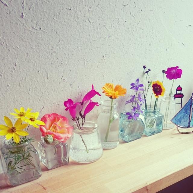 フラワーベース♪ 生花を身近で楽しむ花器使いのアイデア