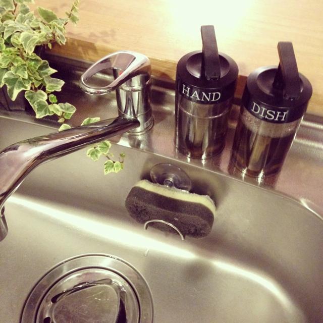 キッチンシンクの洗剤やスポンジ、どこに置いていますか?