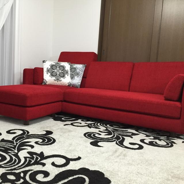 色の配分が居心地よさのコツ♪赤と黒で作るモダンなお部屋