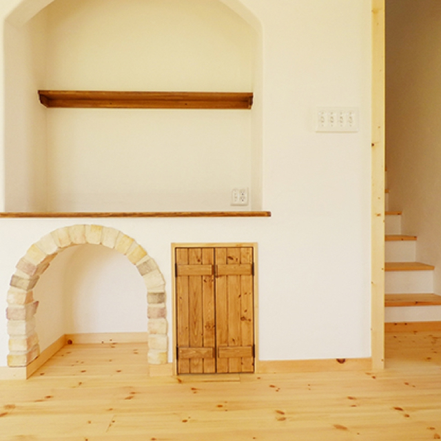 女性で、、家族住まいのニッチ/レンガ/収納/リビングダイニング/リビング階段/ねこ…などについてのインテリア実例を紹介。