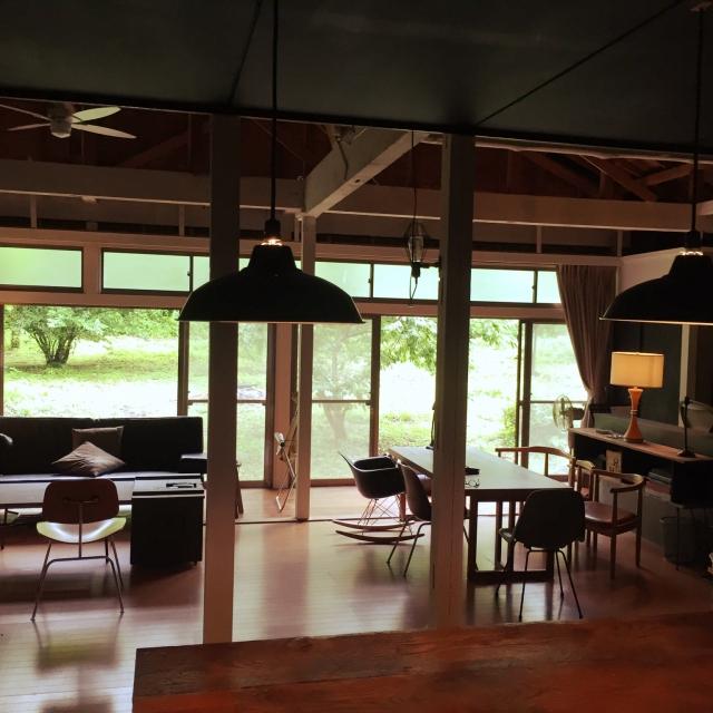 Lounge,イームズ,DIY,シーリングファン,シェードランプ,柏木工,キッチンから見たリビング,昼間のリビング,ヴィンテージ家具,ヴィンテージランプ,柱塗装,壁をぶち抜く,秋岡芳夫,シビルソファーのインテリア実例 | RoomClip (ルームクリップ)