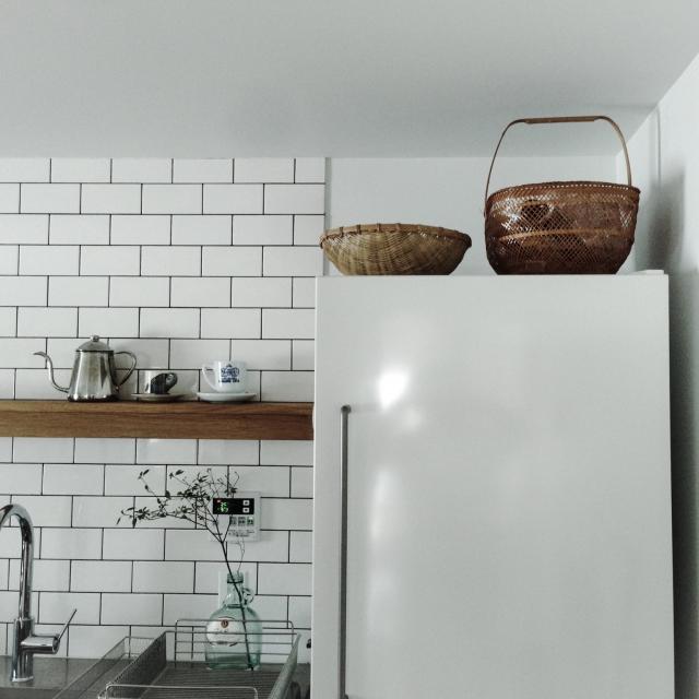 冷蔵庫上を活用して収納を増やす!見た目も満足な整理術