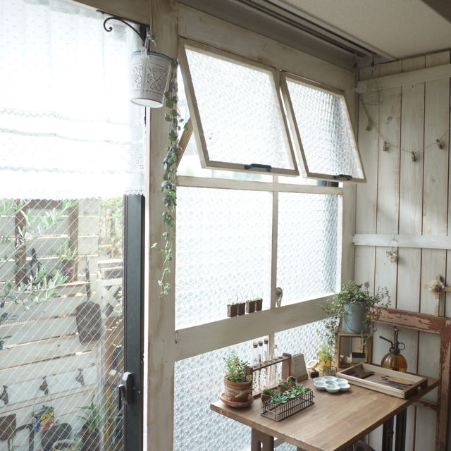 棚を付けて実用性も♪窓枠DIYで自分だけのディスプレイ