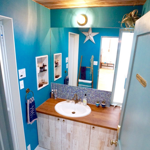 洗面所に好みの壁紙をチョイスして、お気に入り空間に♪