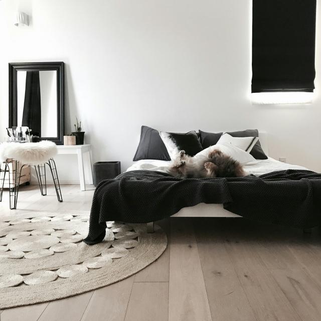 実は奥深い!合わせ技で表情を変える、モノトーンの寝室