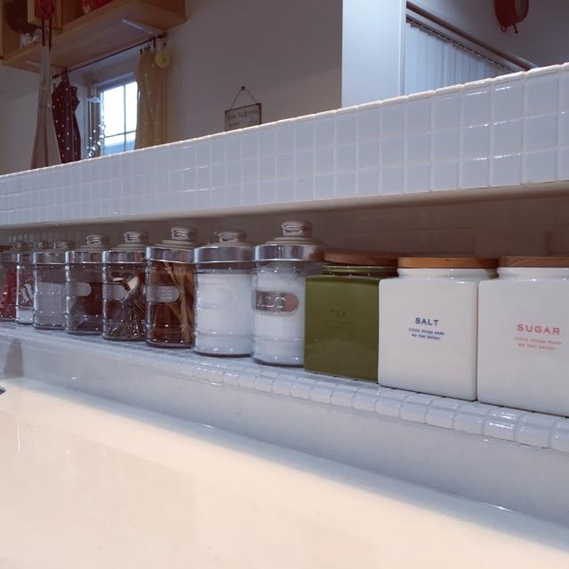 Kitchen,タイルニッチ,キッチン周り,ガラスキャニスター,タイルキッチン,キャンドゥのガラスキャニスター,いいね&フォローありがとうございます♡,あとでゆっくりお返事回りますね♡,キューブキャニスター,キャニスター増えましたのインテリア実例 | RoomClip (ルームクリップ)