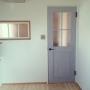 Lounge/ナチュラル/子供部屋/アメリカンスイッチ/パイン材の床/採光窓/リクシルのドア/アンティークの窓/向こうはリビングに関連する部屋のインテリア実例