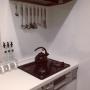 女性で、4LDK、家族住まいのコンロまわり/黒いやかん/モノトーン/Kitchenについてのインテリア実例を紹介。