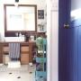 Bathroom/無印良品/IKEA/洗面所/ニトリ/バスケット/セリア/salut!/クッションフロア/フェイクグリーン/男前/造作洗面台/RÅSKOG/IKEAワゴン/タイルの洗面所/オムツ収納/ブルーのドアに関連する部屋のインテリア実例