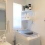 Bathroom/窓/IKEA/洗面所/DIY/モノトーン/ホワイトインテリア/フェイクグリーン/シンプルモダン/洗濯機/TOSHIBA/マイホーム/シンプルインテリア/Instagramやってます/5人家族/窓の目隠し/TOSHIBA洗濯機/プリーツブラインド/TOSHIBA ZABOONに関連する部屋のインテリア実例
