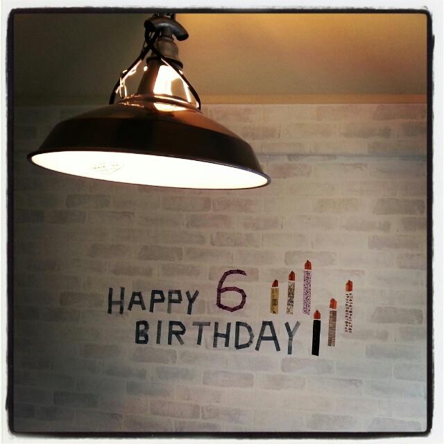 誕生日のお祝いメッセージを壁にデコ♪