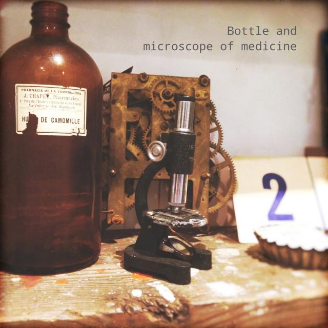 古い薬瓶とミニ顕微鏡