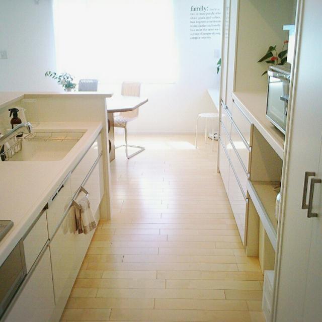 白いキッチンではねかえる光