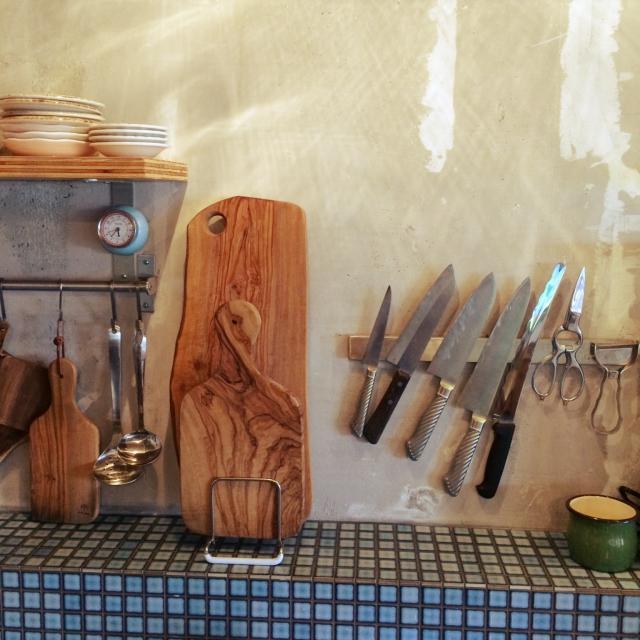 シルバーの刃物類がアクセントのキッチン