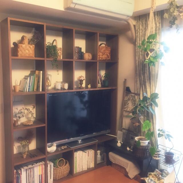 左から、デスク、収納、テレビ台になっています。デスク椅子はまだ気にいるものがなくて購入していません。(笑)