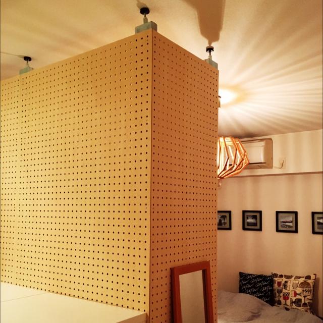 賃貸でも可♪有孔ボード+ 無印良品で壁面収納を楽しむ 有孔ボードに好きなものをつりさげてスチールユニットシェルフ+有孔ボードディスプレイにも間仕切りにも活躍関連記事