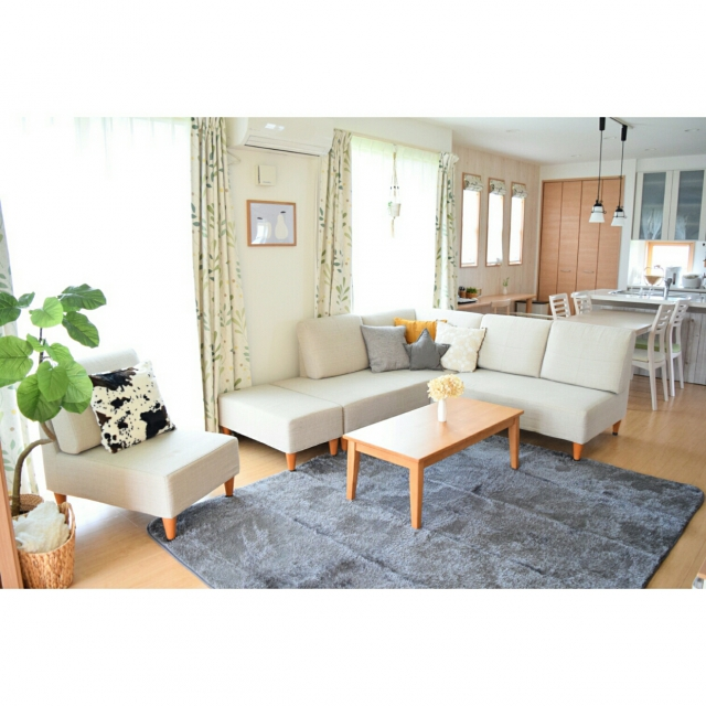 ソファのあるリビングには、ニトリ&しまむらのラグを活用♡ | RoomClip mag | 暮らしとインテリアのwebマガジン