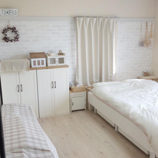 ホワイトウッド調の寝室の床