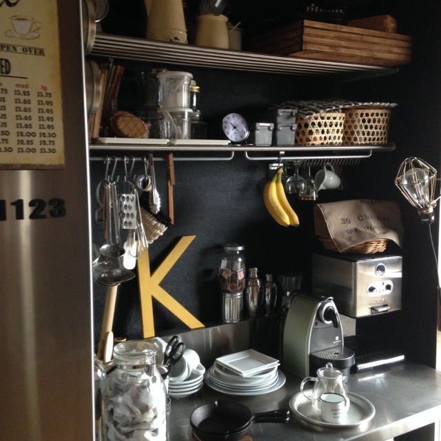 黒い壁がカッコよく決まったキッチン
