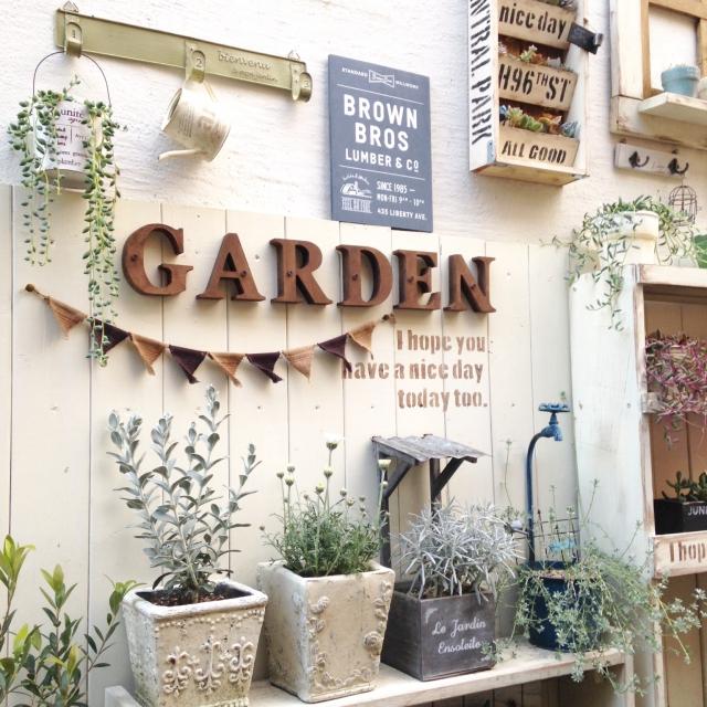 100均の雑貨に緑を合わせて☆癒やしの玄関ディスプレイ | RoomClip mag | 暮らしとインテリアのwebマガジン