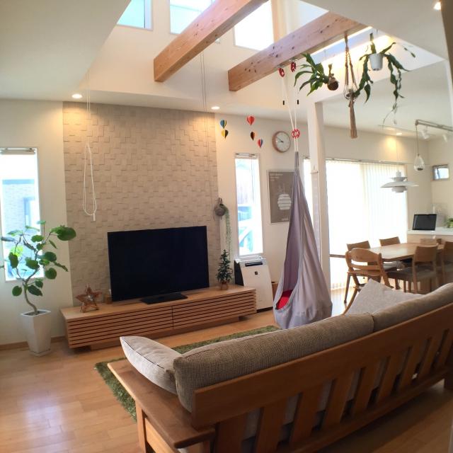 梁から下がる家具で空間利用