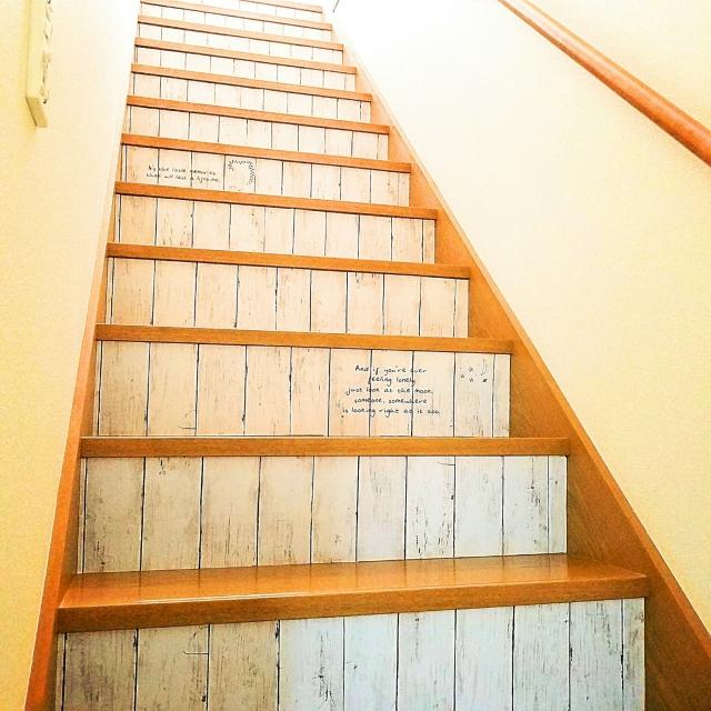 階段が愛おしい空間に変わる!リメイクシート&ステッカー | RoomClip mag | 暮らしとインテリアのwebマガジン