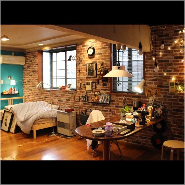 ①壁にはタイルやレンガ、濃い色等を使い、日本のイメージを取り除く